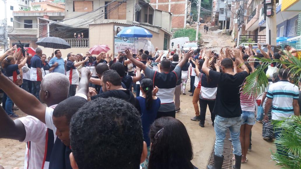 Globo usa foto de evangelistas orando para atacar Prefeitura do Rio