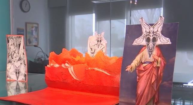 Universidade expõe Bíblia rasgada acompanhada de imagem satânica