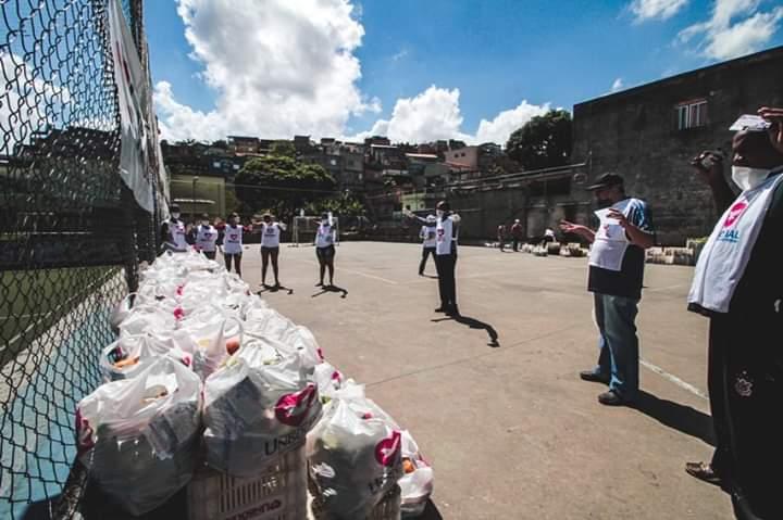 Universal distribui 31 toneladas de alimentos a famílias que perderam renda com quarentena