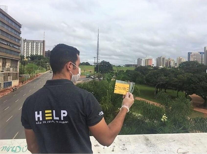 Voluntários do projeto Help distribuem mensagens de fé em combate ao suicídio