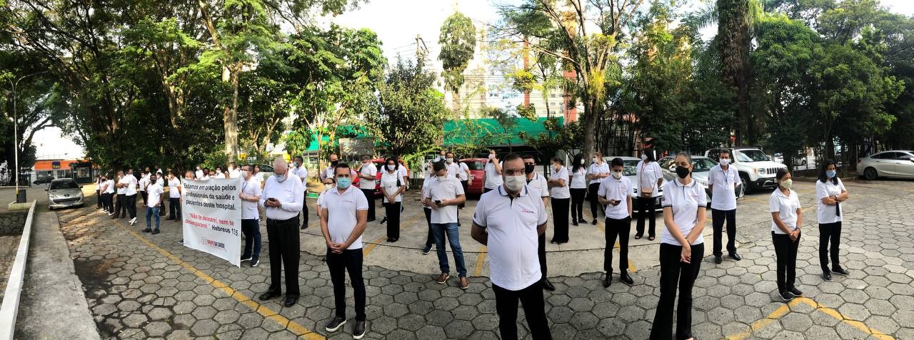Voluntários do Grupo da Saúde realizam orações em frente aos hospitais