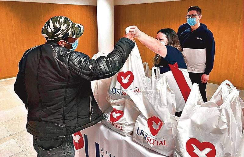 Portugueses afetados pela crise da pandemia recebem doação de alimentos