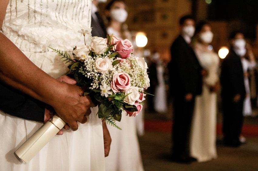 Casais celebram o matrimônio, na Terapia do Amor