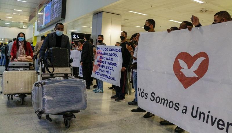 Mais 40 missionários chegam ao Brasil, deportados de Angola
