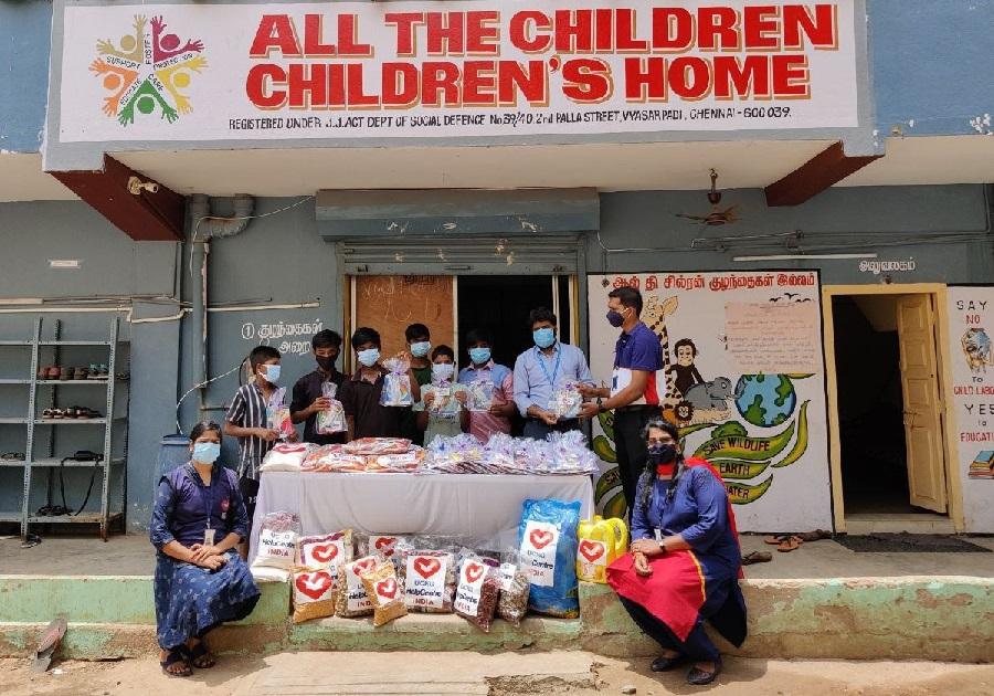 Grupo de voluntários leva doações a lar para órfãos na Índia