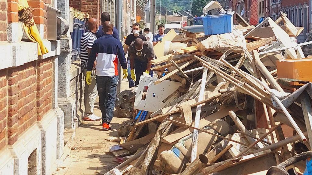 Inundações na Europa: voluntários ajudam na limpeza de residências atingidas pela água