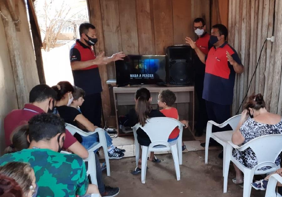 Familiares de detentos participam de uma sessão especial de cinema