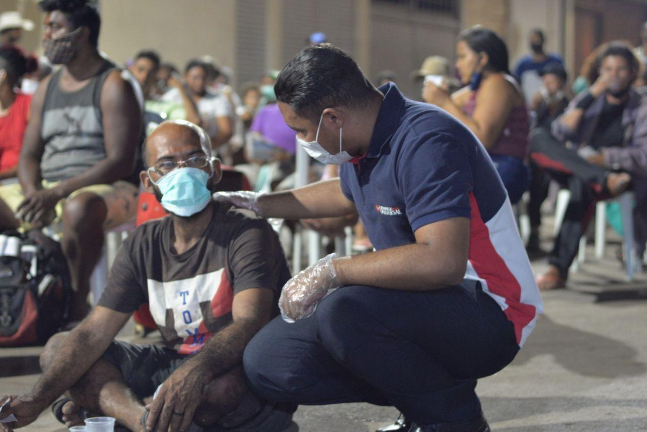 Mão estendida para ajudar moradores de rua