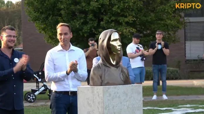 Desconhecido criador do Bitcoin tem estátua erguida em Budapeste