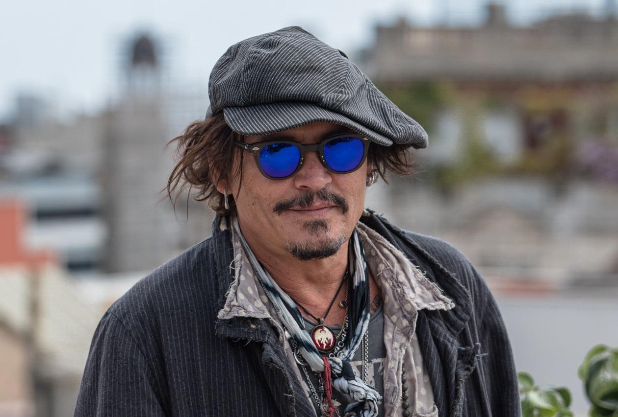 Passado conturbado mostra que Johnny Depp foi abandonado pela mãe