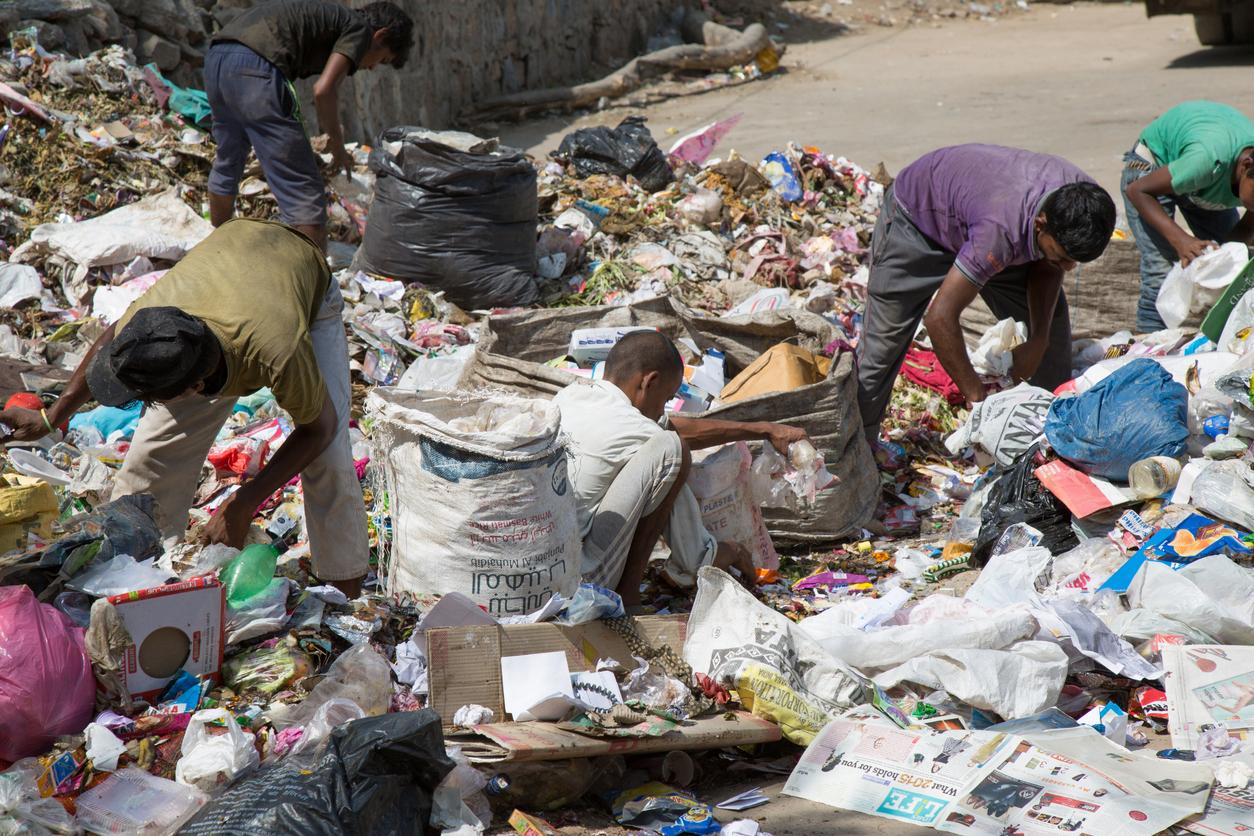 Para matar a fome, pessoas vasculham lixo no sudoeste da Arábia