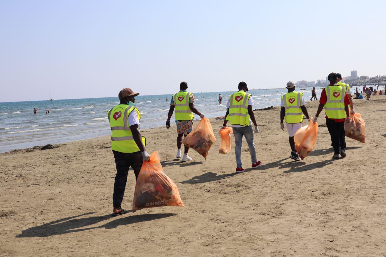 """""""Dia da praia limpa"""" na cidade de Lárnaca, no Chipre"""